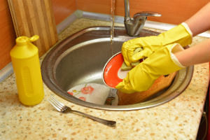 ラブラブ夫婦が一緒に皿洗い