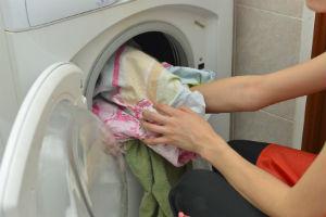 ラブラブ夫婦が一緒に洗濯