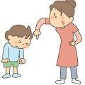 言うことを聞かない子供を叱る親