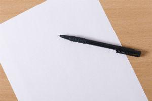 子どもの人格形成の要因を紙に書き写す