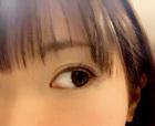 両目を大きく開いて相手を見る